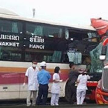 Hai xe giường nằm đâm nhau trên cao tốc, 10 người bị thương